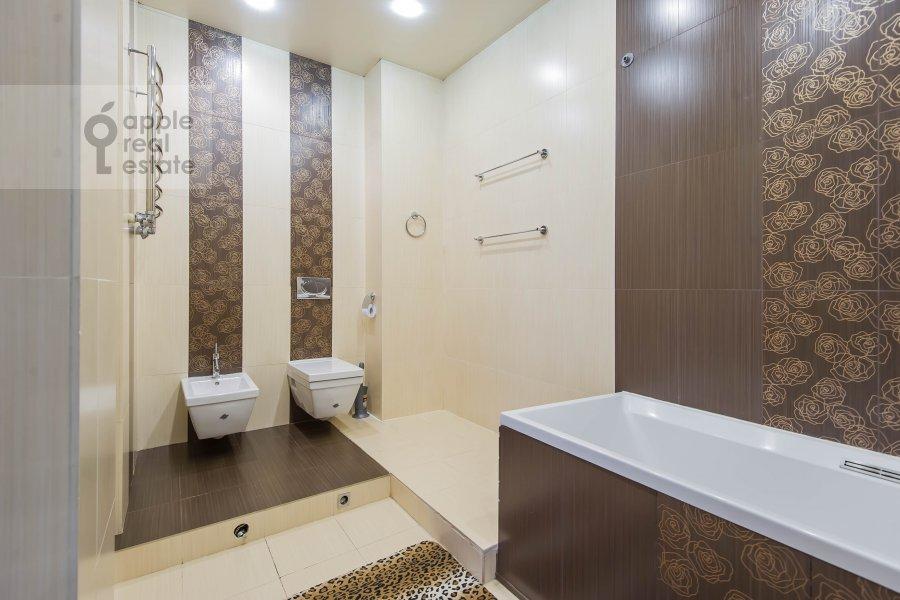 Bathroom of the 3-room apartment at prospekt Vernadskogo 92K1