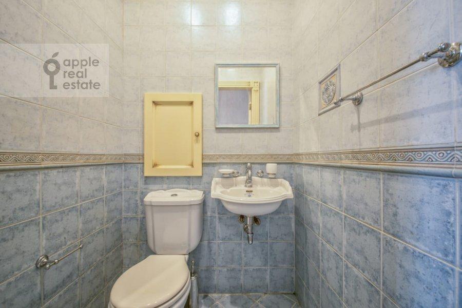 Bathroom of the 3-room apartment at Khodynskiy bul'var 11