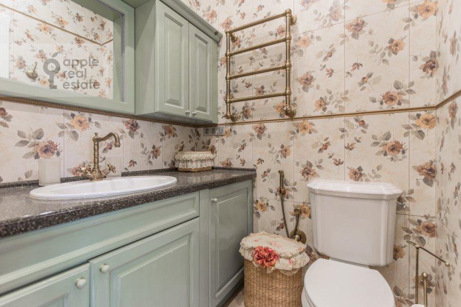 Bathroom of the 4-room apartment at Bol'shoy Khariton'evskiy pereulok 14