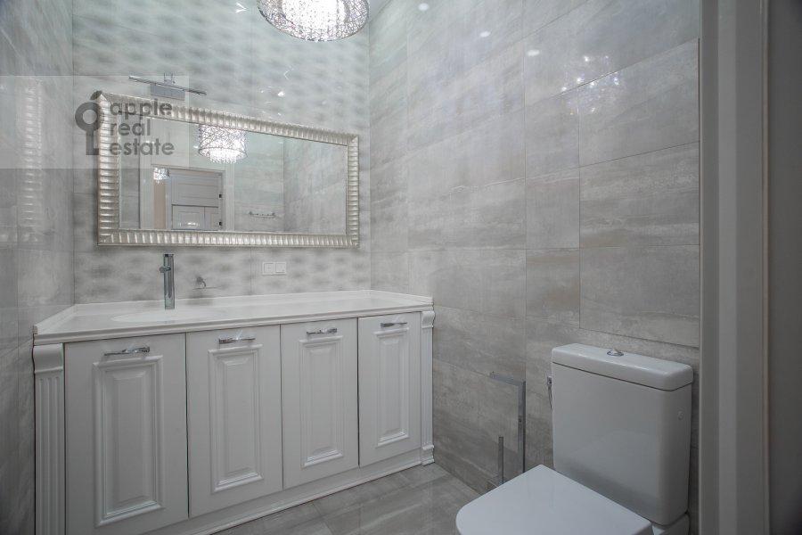 Bathroom of the 4-room apartment at Mosfil'movskaya ulitsa 8