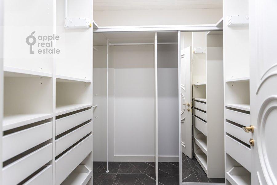 Гардеробная комната / Постирочная комната / Кладовая комната в 6-комнатной квартире по адресу Малая Пироговская ул. 8