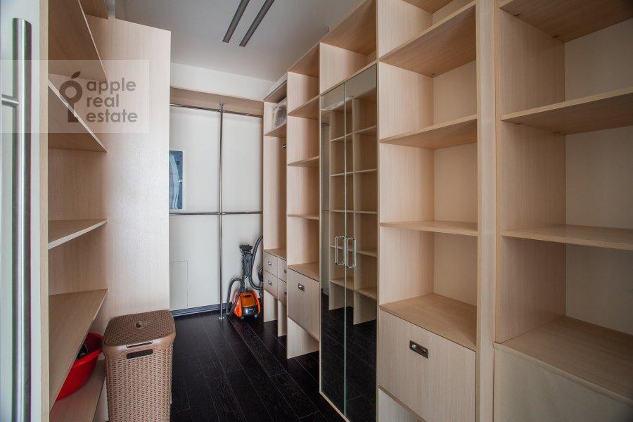 Гардеробная комната / Постирочная комната / Кладовая комната в 4-комнатной квартире по адресу Маршала Конева 14