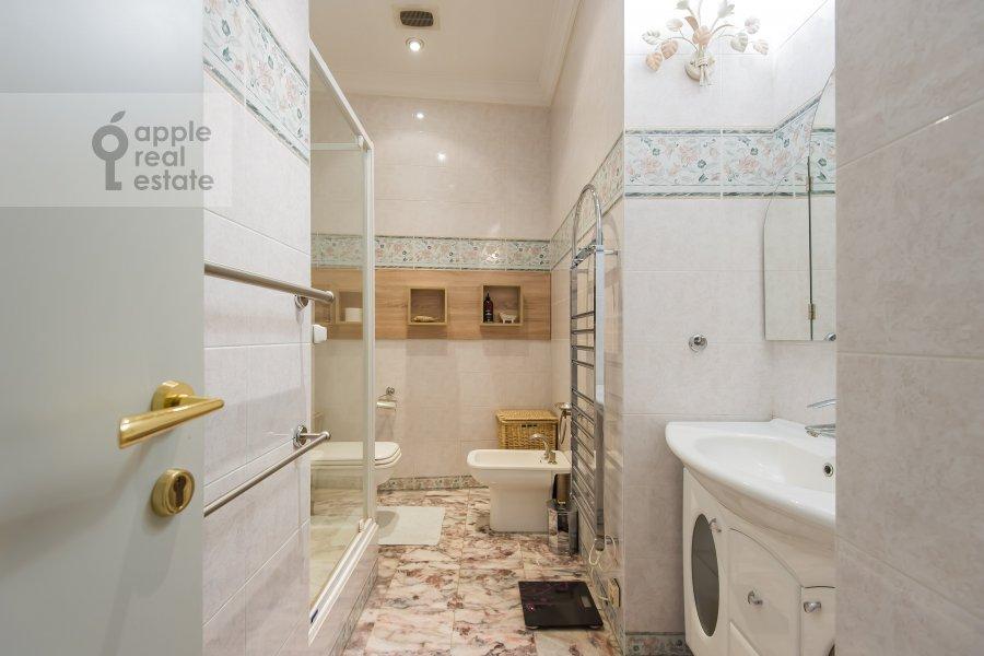 Bathroom of the 4-room apartment at Bol'shoy Afanas'evskiy pereulok 30