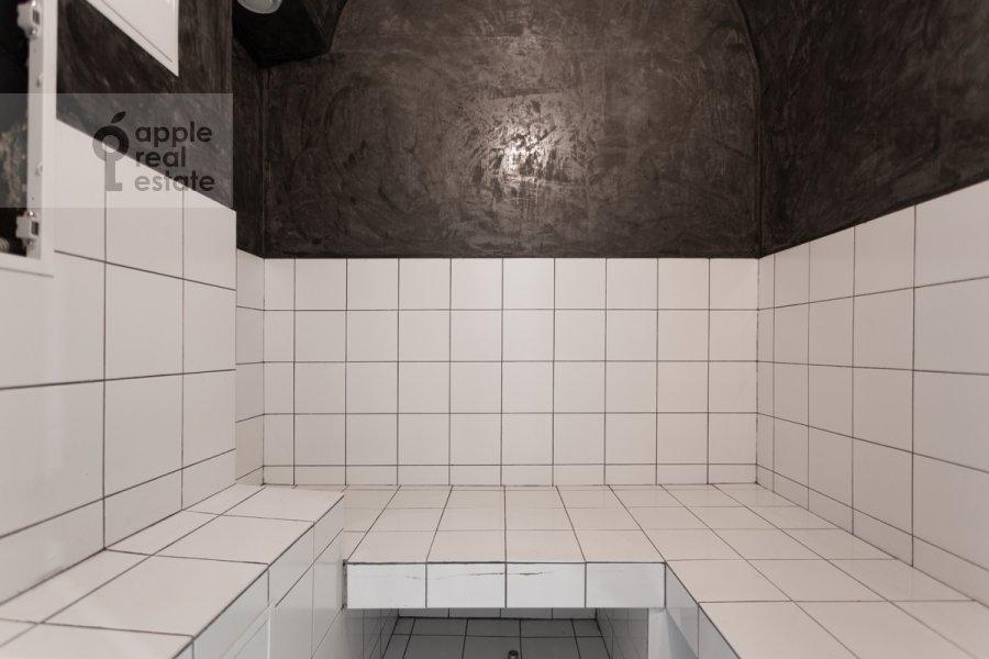 Bathroom of the 6-room apartment at Myasnitskaya ulitsa 15