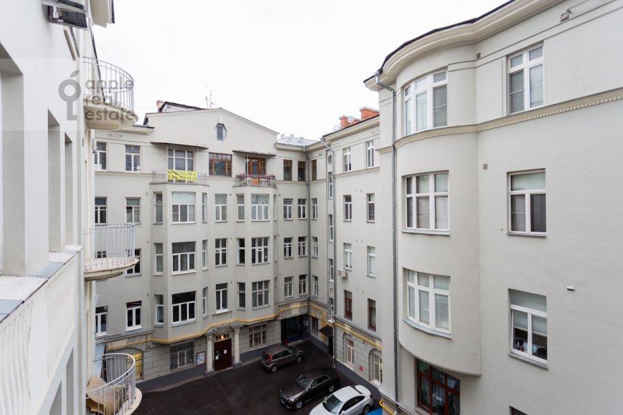 View from the window of the 6-room apartment at Myasnitskaya ulitsa 15