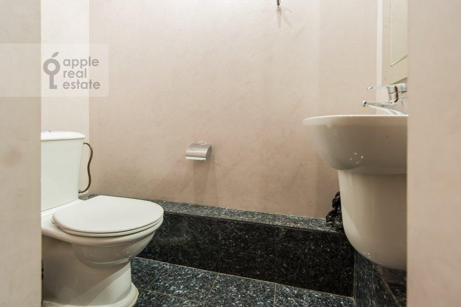 Bathroom of the 4-room apartment at Ermolaevskiy pereulok 5s1
