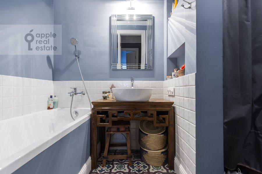 Bathroom of the 3-room apartment at Staraya Basmannaya ulitsa 20k12