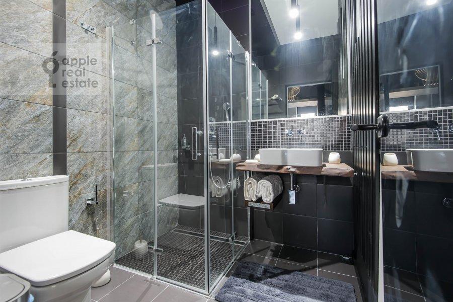 Bathroom of the 2-room apartment at Kutuzovskiy prospekt 25
