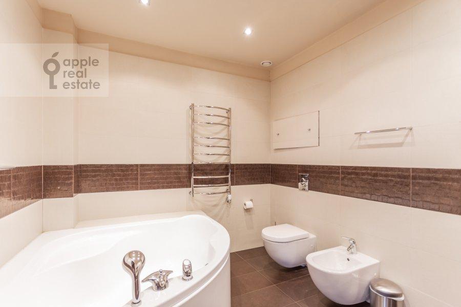 Bathroom of the 4-room apartment at 7-y Rostovskiy pereulok 15