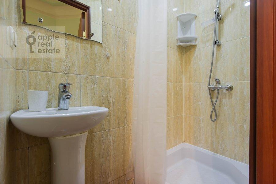 Bathroom of the 5-room apartment at Gogolevskiy bul'var 33/1