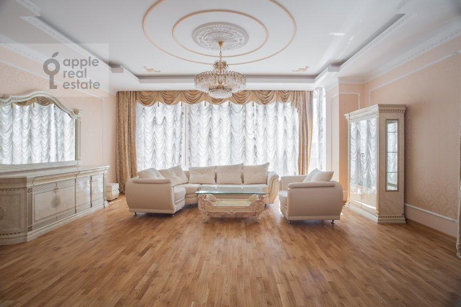 Living room of the 3-room apartment at Butikovskiy pereulok 5