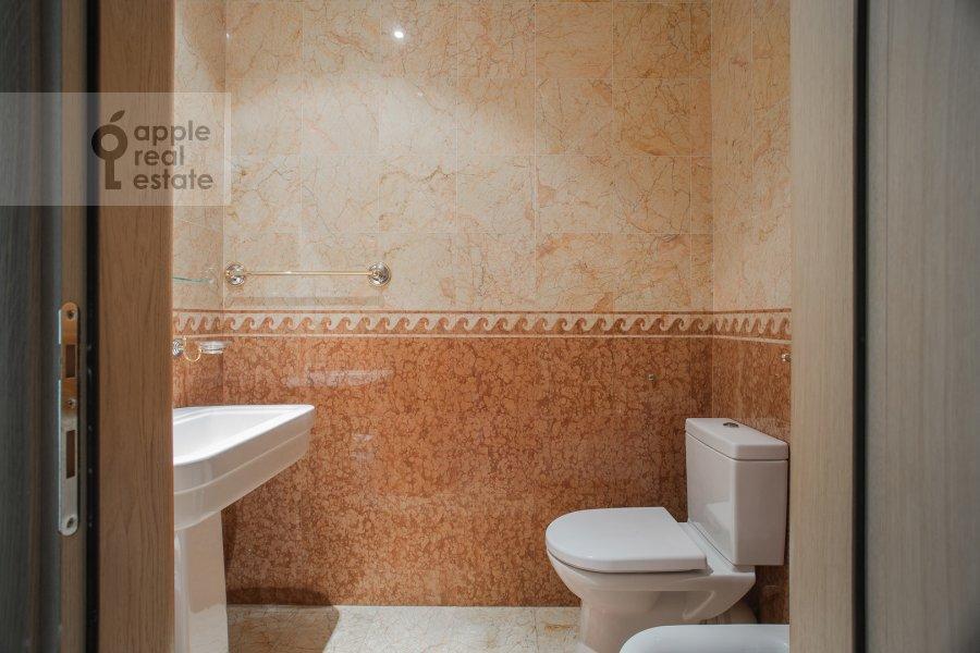 Bathroom of the 3-room apartment at Butikovskiy pereulok 5