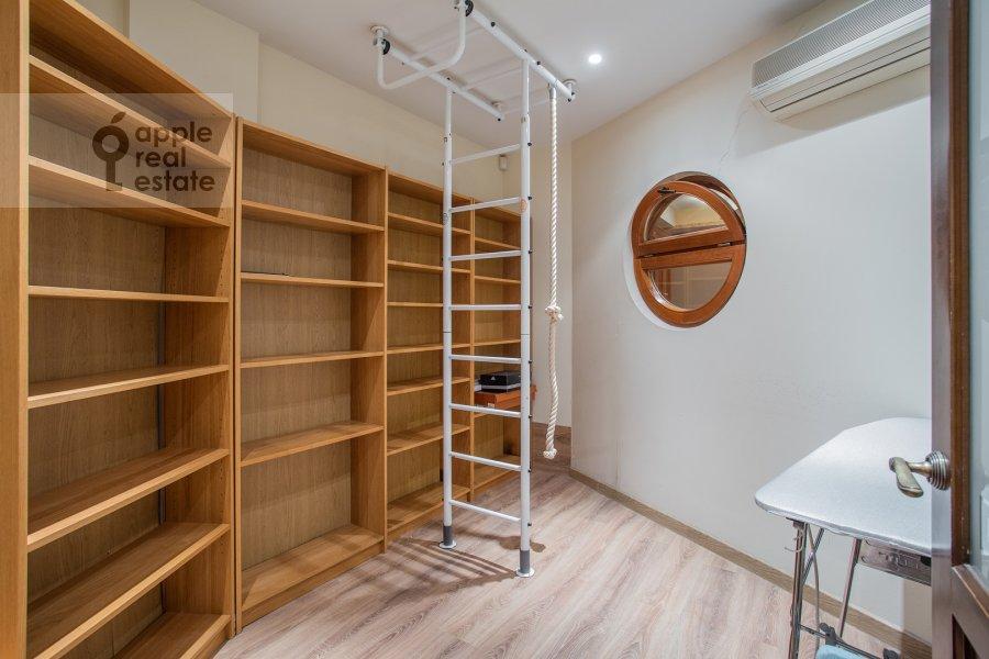 Гардеробная комната / Постирочная комната / Кладовая комната в 4-комнатной квартире по адресу Звенигородская улица 8к1