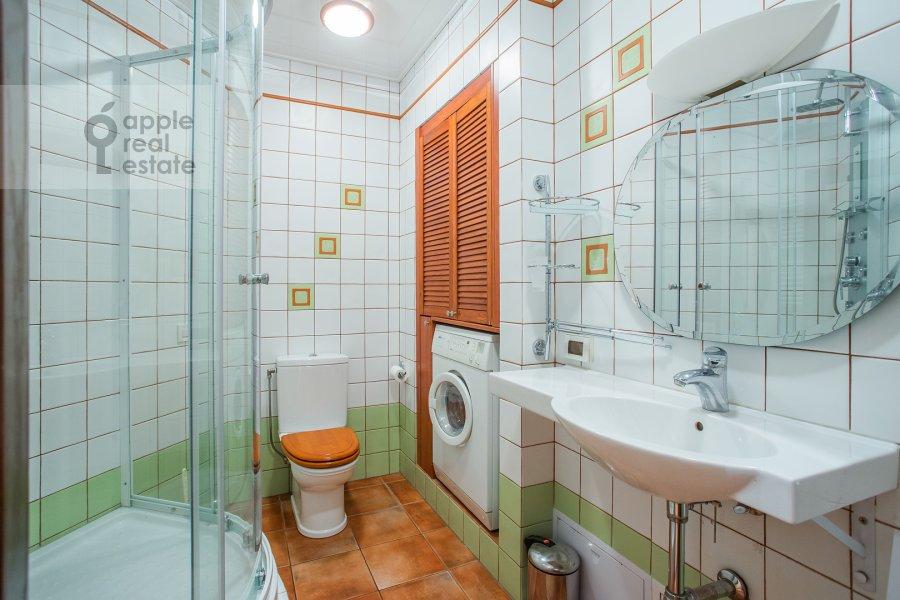 Санузел в 4-комнатной квартире по адресу Звенигородская улица 8к1
