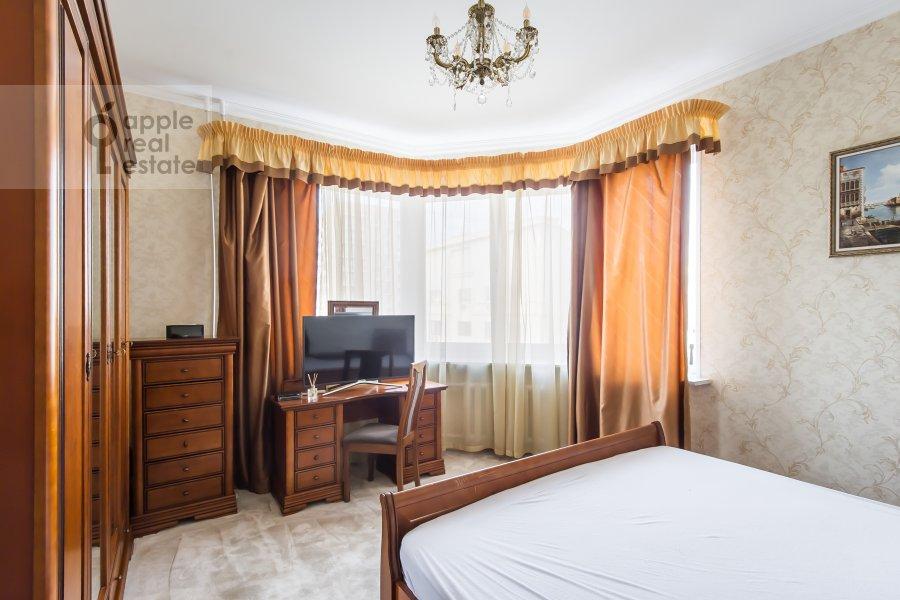 Bedroom of the 3-room apartment at Gilyarovskogo 7