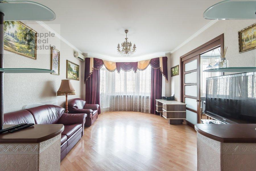 Living room of the 3-room apartment at Gilyarovskogo 7