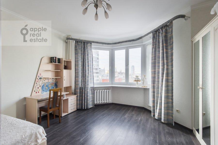 Children's room / Cabinet of the 3-room apartment at Gilyarovskogo 7