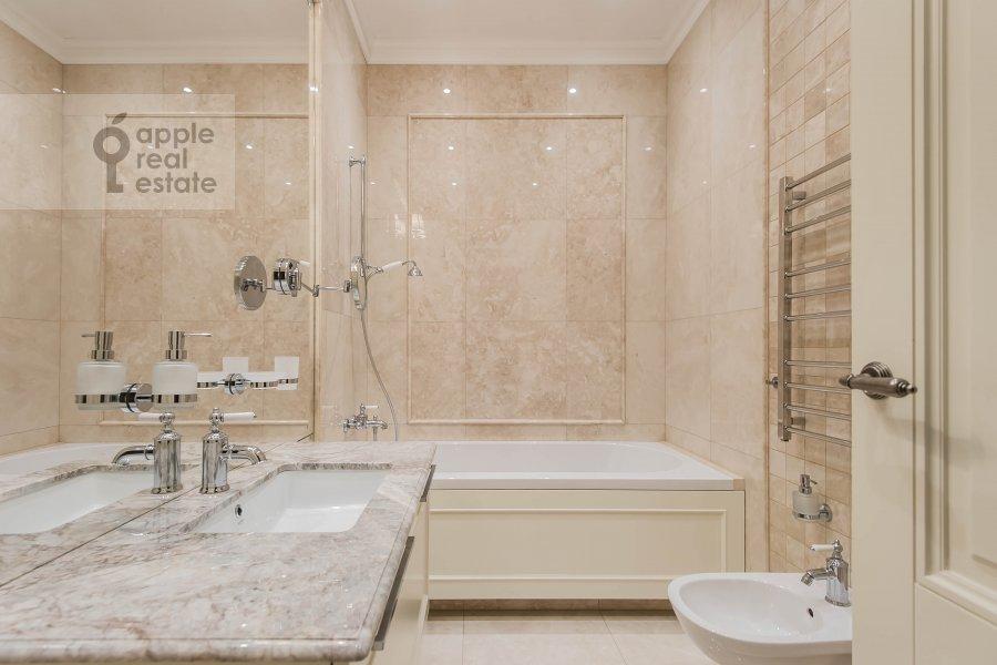Bathroom of the 6-room apartment at Smolenskiy bul., 24k3