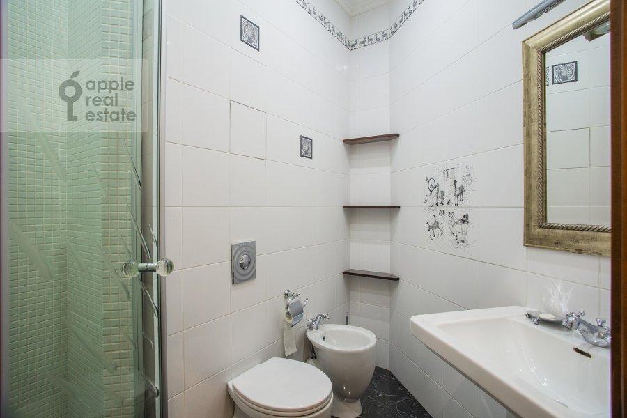Санузел в 4-комнатной квартире по адресу Островной проезд, 12К1
