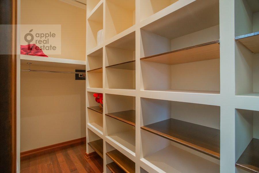 Гардеробная комната / Постирочная комната / Кладовая комната в 4-комнатной квартире по адресу Островной проезд, 12К1