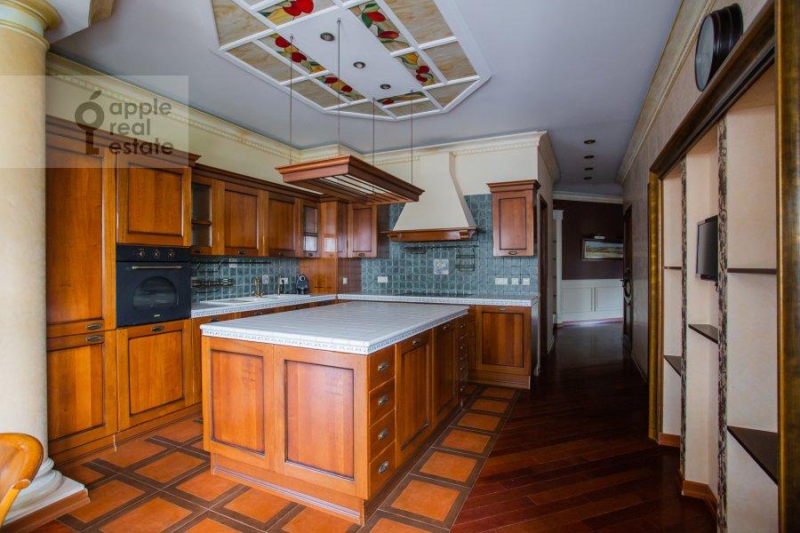 Кухня в 4-комнатной квартире по адресу Островной проезд, 12К1