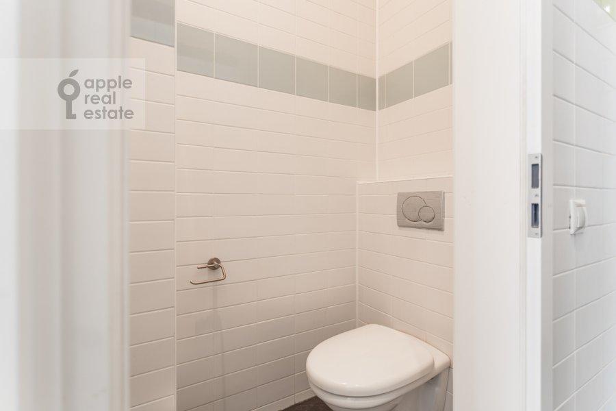Санузел в 3-комнатной квартире по адресу Тверская улица 12с8