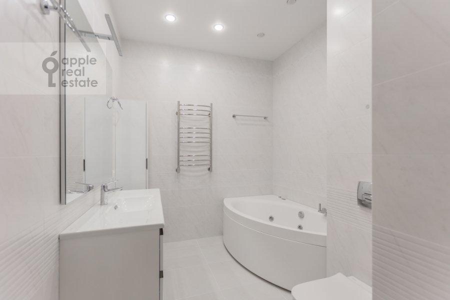 Bathroom of the 3-room apartment at Serpukhovskiy Val 21k3