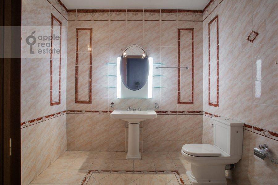 Bathroom of the 6-room apartment at Zachat'evskiy 1-y per 6