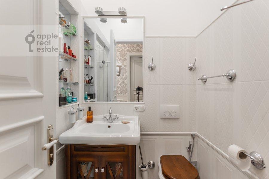 Bathroom of the 5-room apartment at Likhov pereulok 8