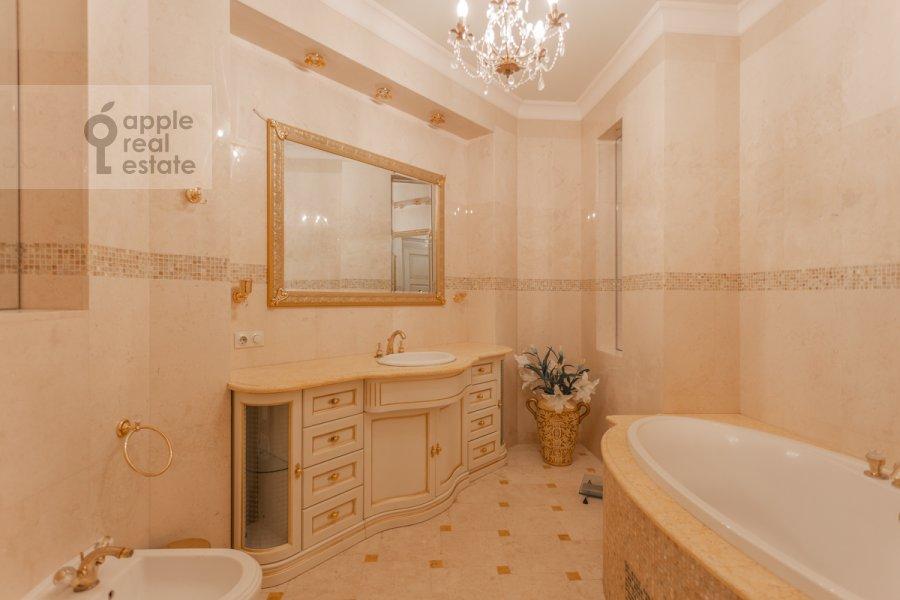 Bathroom of the 5-room apartment at Stolovyy pereulok 4
