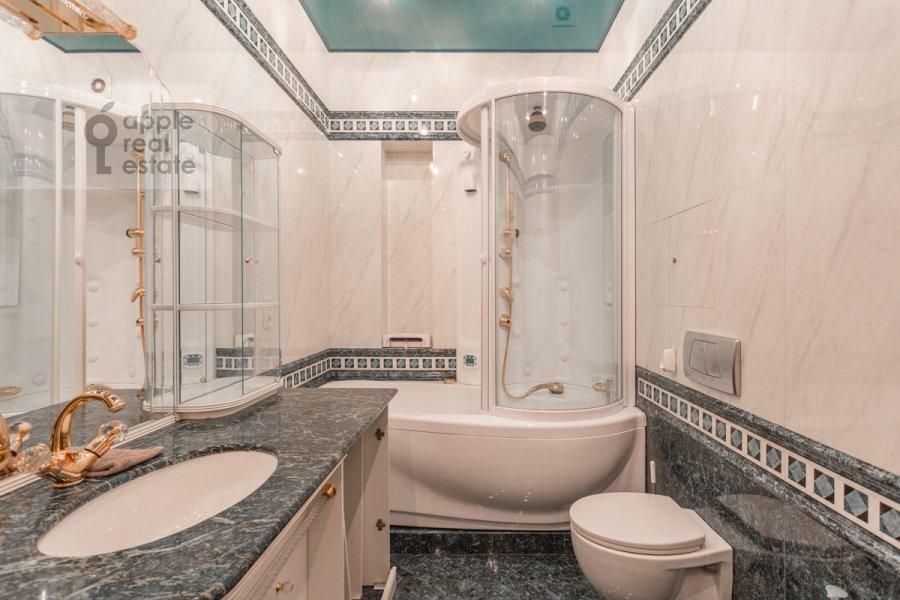Bathroom of the 5-room apartment at Udal'tsova 85k4