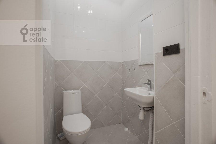Санузел в 6-комнатной квартире по адресу Садовая-Кудринская улица 23С1