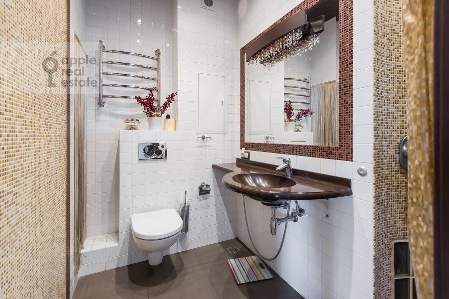 Bathroom of the 4-room apartment at Udal'tsova 77