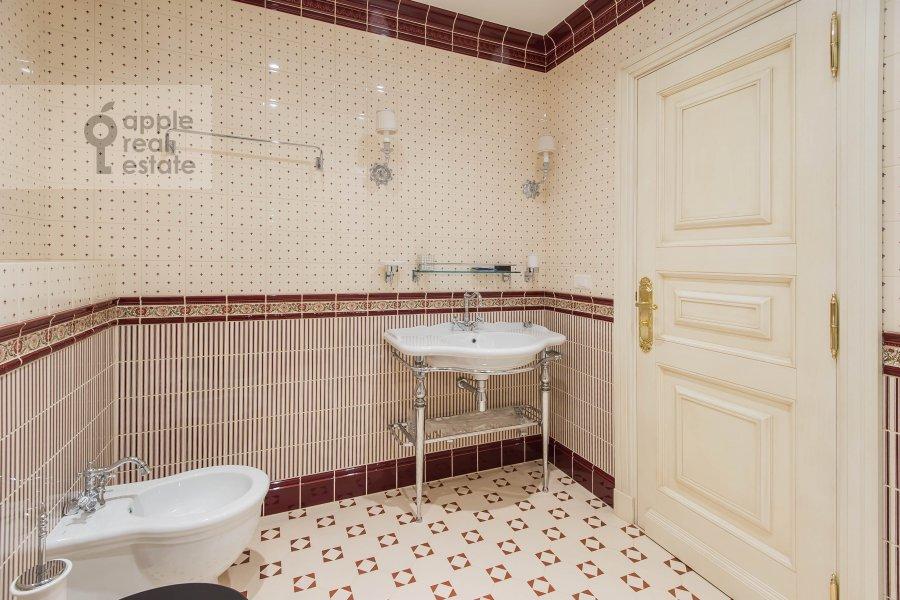 Bathroom of the 6-room apartment at 1-y Kolobovskiy pereulok 14