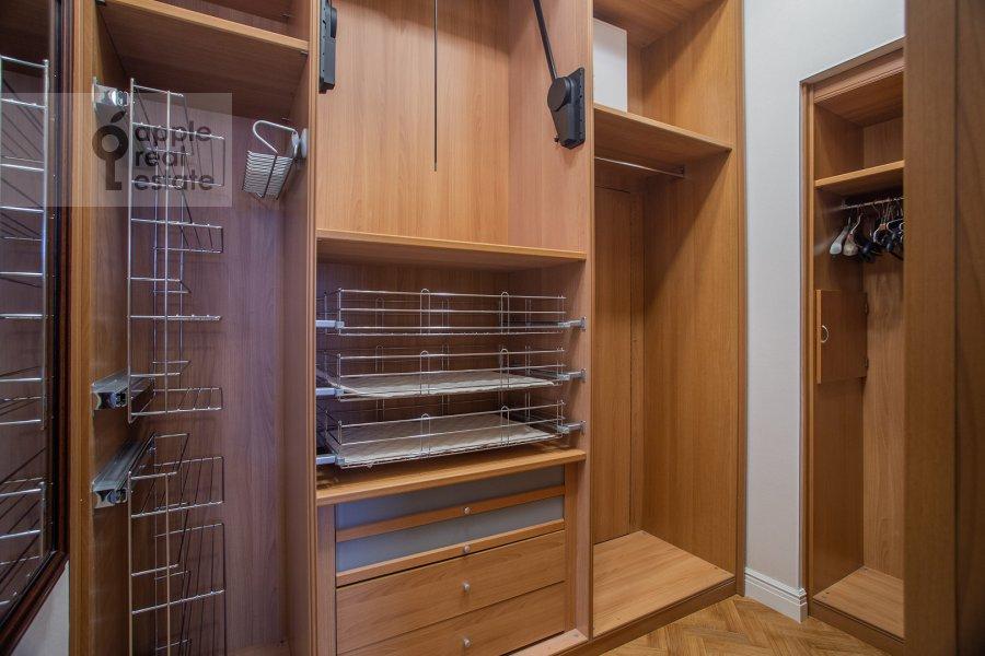 Гардеробная комната / Постирочная комната / Кладовая комната в 5-комнатной квартире по адресу Сретенский бульвар 6/1к1