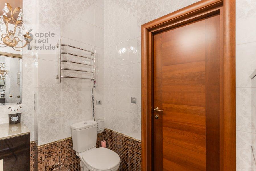 Bathroom of the 3-room apartment at Frunzenskaya naberezhnaya 46