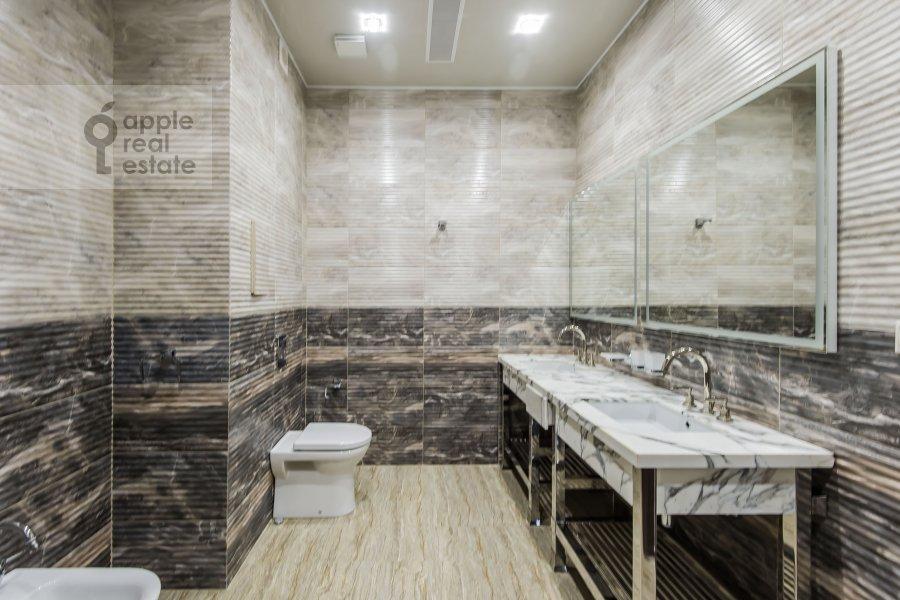 Bathroom of the 4-room apartment at Kazarmennyy pereulok 3