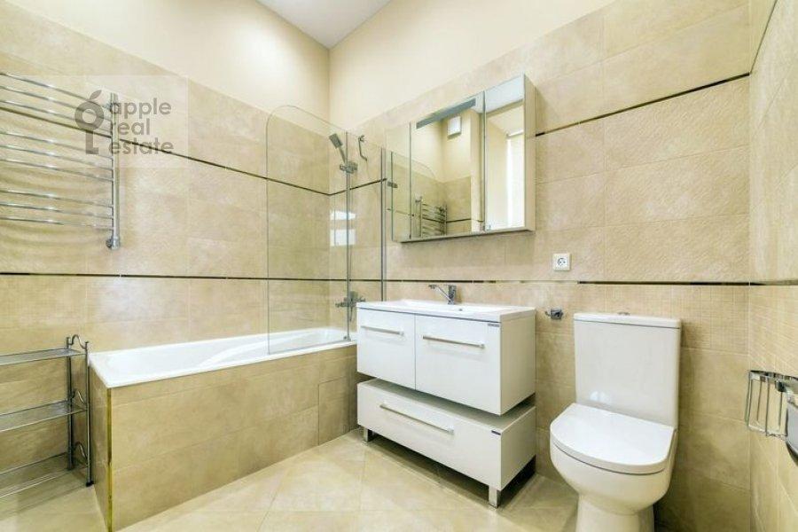 Bathroom of the 4-room apartment at Nikitskiy bul'var 12