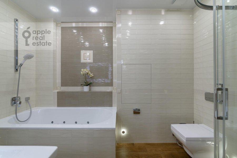 Bathroom of the 4-room apartment at Mytnaya ulitsa 7s1