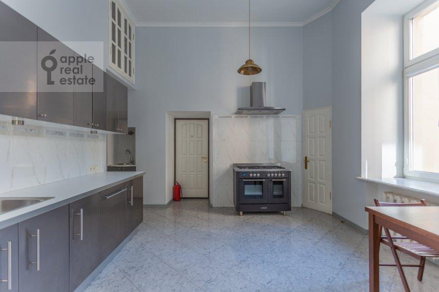 Кухня в 6-комнатной квартире по адресу Староконюшенный переулок 5/14