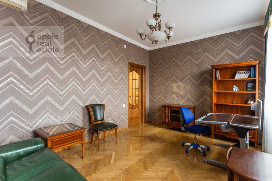 Детская комната / Кабинет в 4-комнатной квартире по адресу 1-й переулок Тружеников 12 с 3