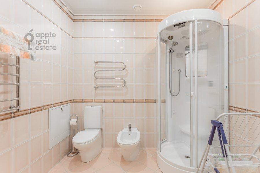 Bathroom of the 4-room apartment at 1-y pereulok Truzhenikov 12 s 3
