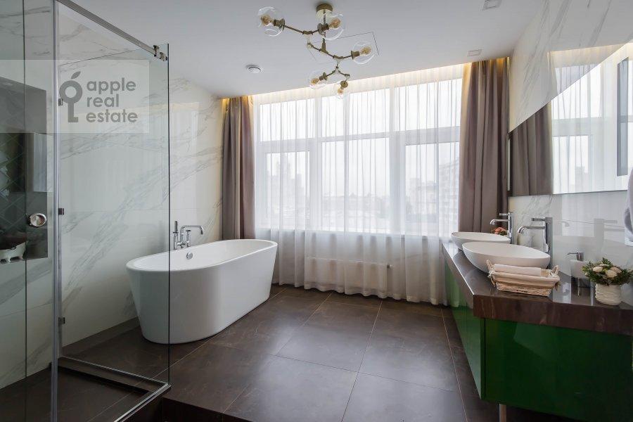 Bathroom of the 2-room apartment at Novyy Arbat 32
