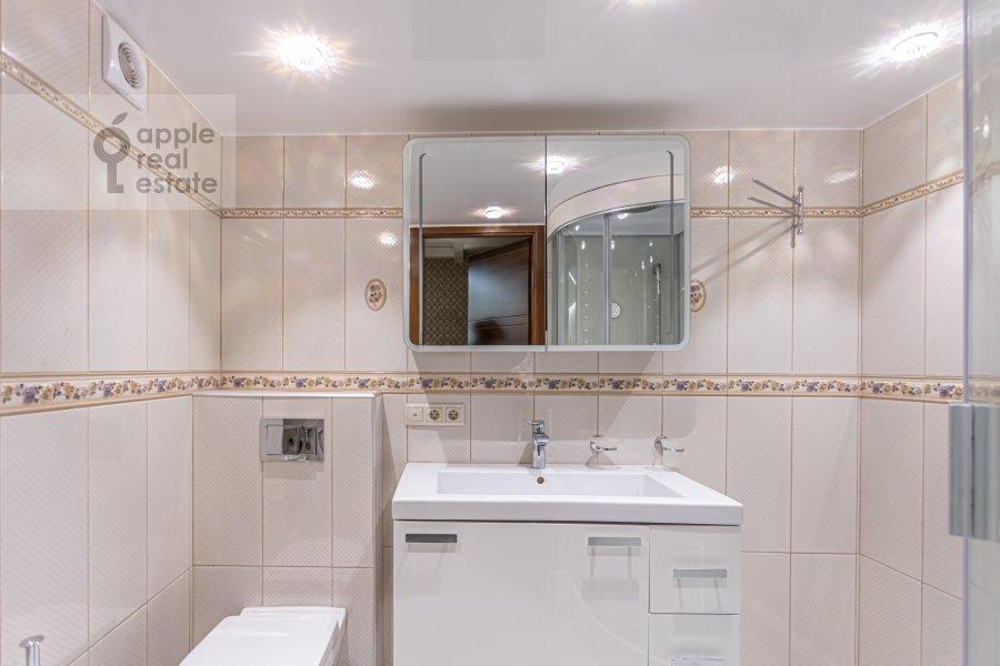 Bathroom of the 6-room apartment at Shelepikhinskaya nab 34