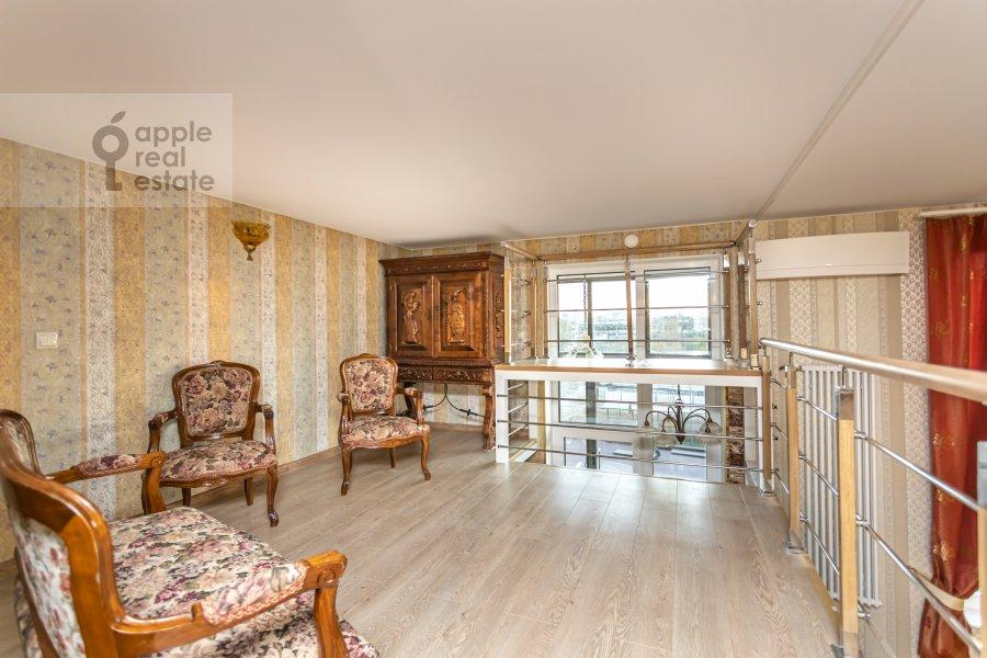 Living room of the 6-room apartment at Shelepikhinskaya nab 34