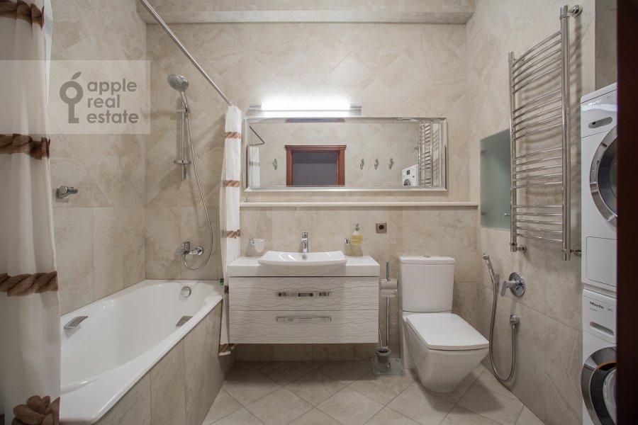 Bathroom of the 3-room apartment at Ozerkovskaya naberezhnaya 26