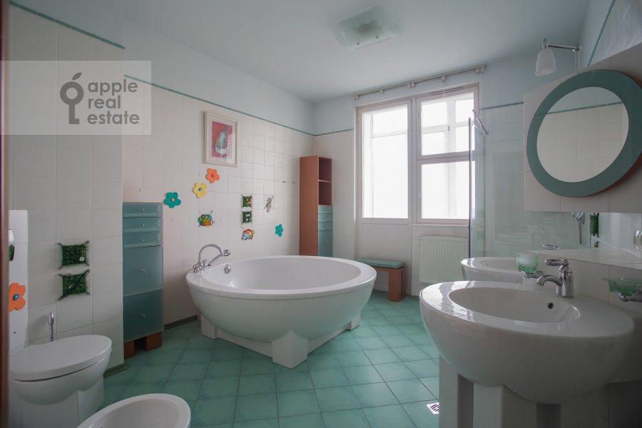 Bathroom of the 6-room apartment at Michurinskiy prospekt 29