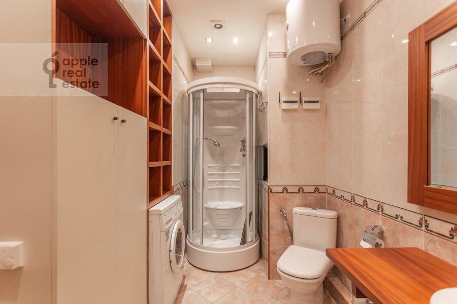 Bathroom of the 2-room apartment at Grokhol'skiy pereulok 28