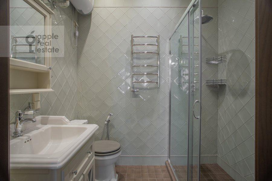 Bathroom of the 3-room apartment at Gusyatnikov pereulok 4S4
