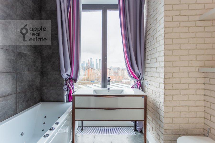 Bathroom of the 3-room apartment at Khodynskaya ulitsa 2